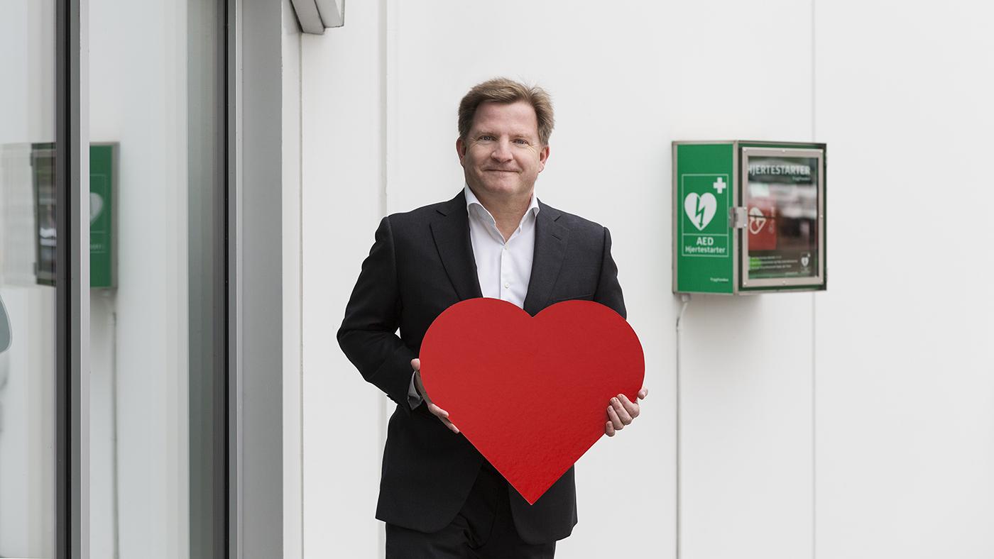 TryghedsGruppen har sat hjertestarteren udenfor. Adm Dir Søren Kristiansen sender HjertestarterStafetten videre til små og store virksomheder.