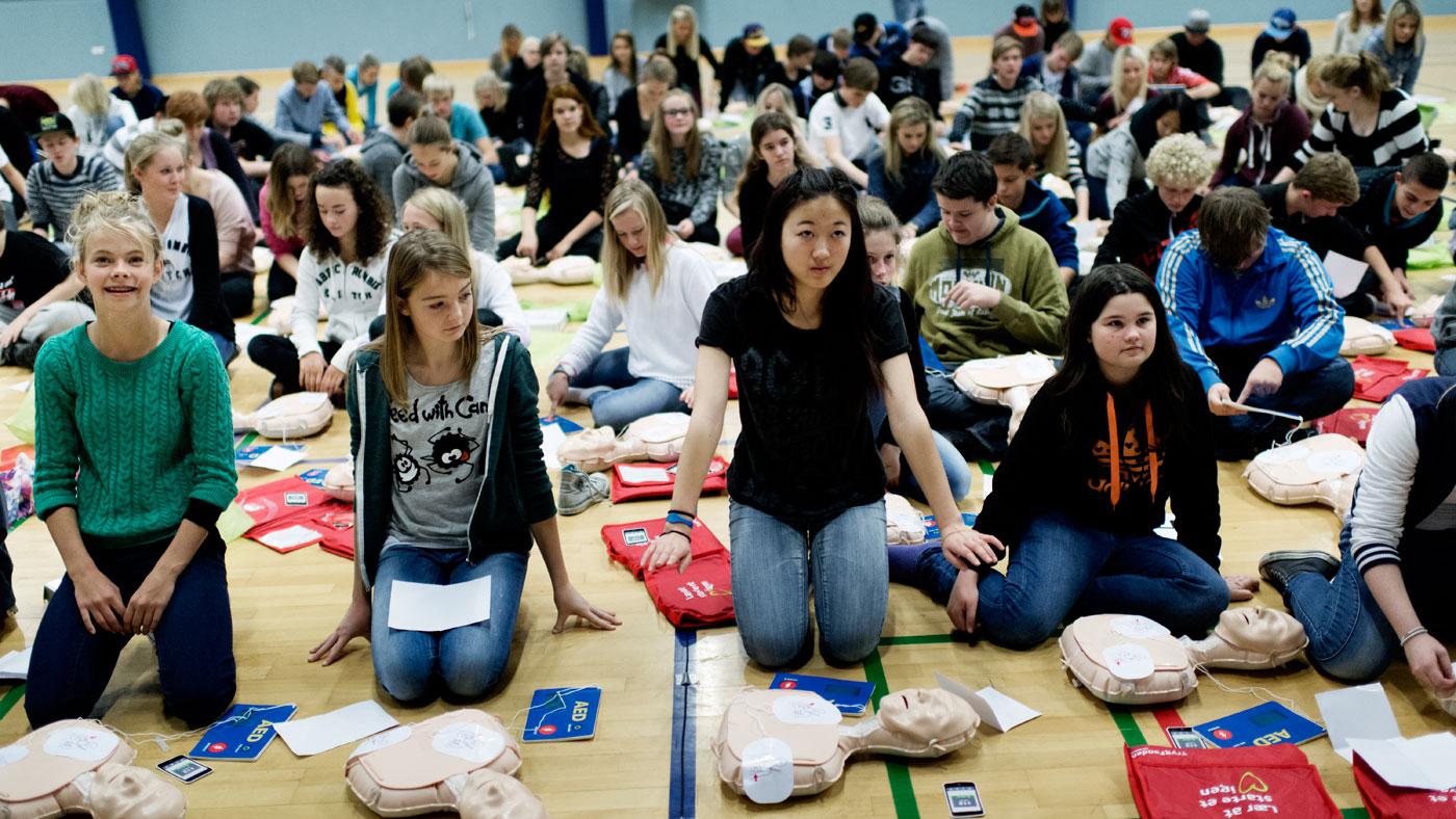 Jo flere der kan livreddende førstehjælp, jo flere kan træde til, når der er brug for det. I Danmark skal alle folkeskoleelever trænes i hjertemassage og kunstigt åndedræt.