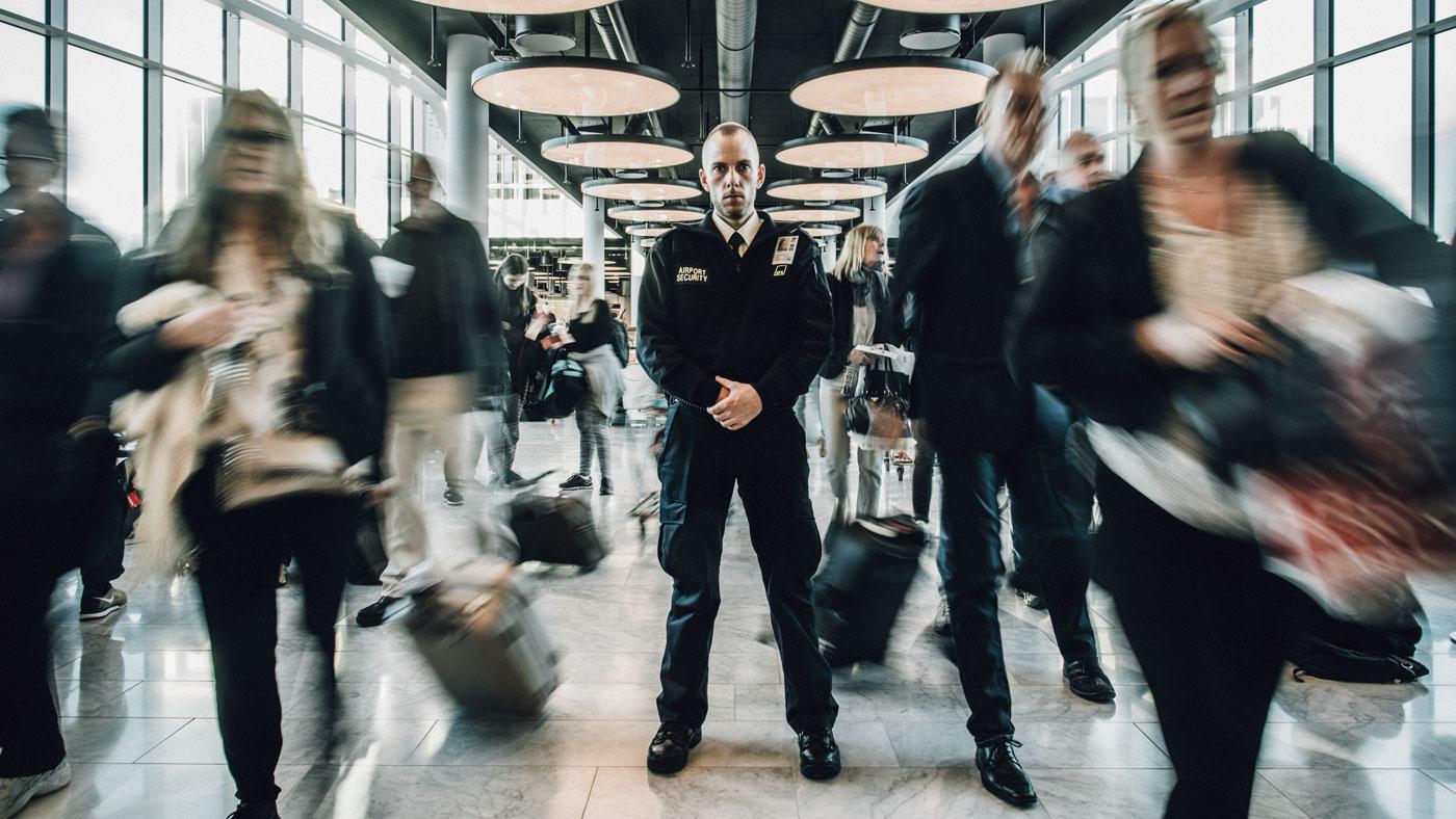 På en af sine vagtrunder i lufthavnsterminalen hører Thomas pludselig en sær plump lyd. En ældre mand er faldet om bag ham. Mens Thomas instinktivt løber derhen, tilkalder han lufthavnens redningshold og hiver hjertestarteren ned fra væggen.